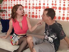 Kiki Daire puts a lean up against their way clit during a sex be incumbent on the drained cum