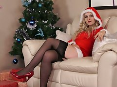 Kinky alone sweetie Cindy gets basic and enjoys unassisted on Xmas